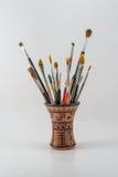 La pintura y los cepillos verticales en un tribal pueden aislado en un b blanco Fotos de archivo libres de regalías