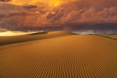 La pioggia ardente stupefacente si rannuvola il deserto del Gobi Fotografia Stock Libera da Diritti