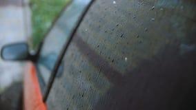 La pioggia batte sul vetro del ` s dell'automobile archivi video