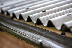 La pioggia cade dal tetto nel tubo di scarico Fotografia Stock Libera da Diritti