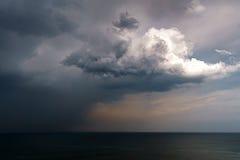 La pioggia e tempestosi si rannuvolano il mare Immagini Stock
