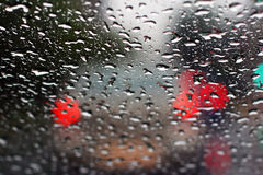 La pioggia ha gocciolato su vetro immagini stock libere da diritti