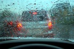 La pioggia ha gocciolato su vetro Immagini Stock