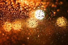 La pioggia ha gocciolato su vetro Immagine Stock