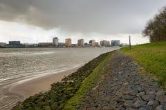 La pioggia minacciosa si rannuvola la città di Rotterdam immagine stock