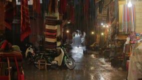 La pioggia persistente nel mercato nel Marocco, un acquazzone pesante ha forzato i venditori prendere le merci fuori dal mercato  video d archivio