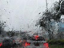 La pioggia produce l'ingorgo stradale il giorno del lavoro immagine stock