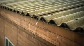 La pioggia scorre giù da un tetto giù Immagine Stock Libera da Diritti