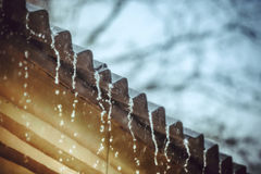 La pioggia scorre giù da un tetto giù Immagini Stock Libere da Diritti