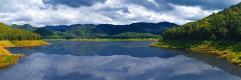 La pioggia scura si rannuvola il fiume Fotografie Stock
