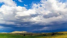 La pioggia si rannuvola i campi di grano, negli altopiani illuminati dal sole timelapse 4K stock footage