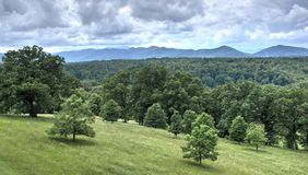 La pioggia si rannuvola le montagne di Pisgah, proprietà di Biltmore immagini stock libere da diritti