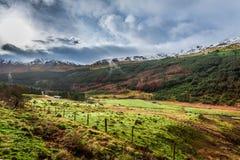 La pioggia si rannuvola una valle della montagna immagine stock