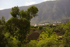La pirámide con el fondo de la montaña Foto de archivo libre de regalías