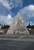 La pirámide de Cestia en Roma, Italia fotografía de archivo