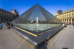 La pirámide de cristal de la lumbrera en París, Francia imágenes de archivo libres de regalías