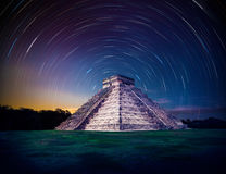 La pirámide de El Castillo en Chichen Itza, Yucatán, México, en la noche con la estrella se arrastra fotografía de archivo