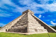 La pirámide de kukulkan en Chichen Itza Pirámides mayas, cielo, cl fotografía de archivo