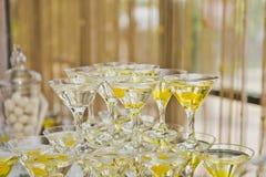 La pirámide de los vidrios del champán Imagen de archivo libre de regalías