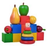 La pirámide de madera, frutas, cubica el equipo de la educación Fotografía de archivo libre de regalías