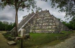 La pirámide de Osario en el complejo de la ciudad de Chichen Itza, Yucatán, México fotos de archivo