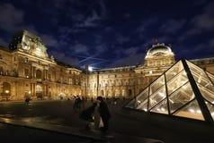 La pirámide del Louvre basada en el cour principal Napoleon del patio del palacio del Louvre en París Él imagen de archivo libre de regalías