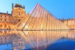 La pirámide del Louvre en la oscuridad durante Michelangelo Pistoletto Ex Imagenes de archivo