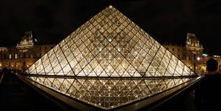 La pirámide del Louvre en la noche Imagen de archivo libre de regalías