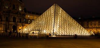 La pirámide del Louvre por el museo París 2019 de la noche foto de archivo