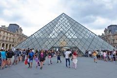 La pirámide del museo del Louvre en París fotos de archivo