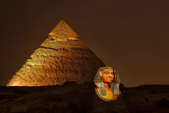 La pirámide y la esfinge de Giza, el sonido mágico y la luz muestran fotografía de archivo