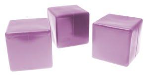 La piramide dei bambini dai cubi di colore isolati sopra Fotografia Stock Libera da Diritti
