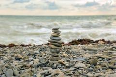 La piramide dei ciottoli sulla spiaggia Fotografia Stock Libera da Diritti