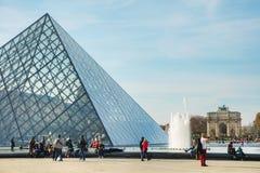La piramide del Louvre a Parigi Immagine Stock Libera da Diritti