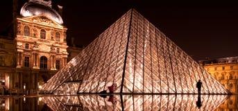 La piramide di vetro alla notte Immagine Stock