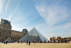 La pirámide del Louvre en París Fotos de archivo