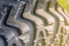 La pisada de un primer del neumático de coche fotografía de archivo