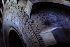 La pisada en un tractor rueda Fotos de archivo