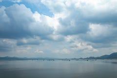 La piscicultura y el cielo flotantes de la balsa en la presa de Krasiew, Supanburi foto de archivo libre de regalías