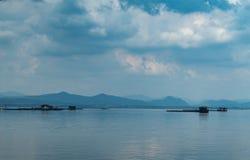 La piscicultura y el cielo flotantes de la balsa en la presa de Krasiew, Supanburi imagenes de archivo
