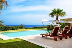 La piscina alla villa di lusso Fotografia Stock