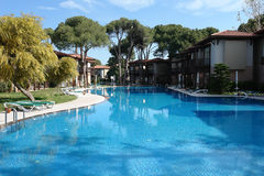 La piscina azul. Imagenes de archivo