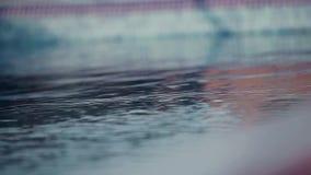 La piscina blu ha increspato il dettaglio dell'acqua video d archivio