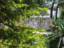 La piscina con el puente Foto de archivo libre de regalías