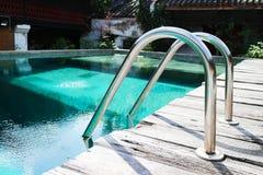 La piscina con la escalera para se relaja imagen de archivo