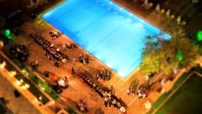 La piscina de Hilton Hotel en Atenas central, Grecia en la noche almacen de metraje de vídeo