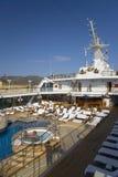 La piscina de la cubierta superior del barco de cruceros de Oceanía de las insignias como ella cruza océano mediterráneo, Europa Fotografía de archivo libre de regalías