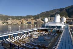 La piscina de la cubierta superior del barco de cruceros de Oceanía de las insignias como ella cruza océano mediterráneo, Europa Foto de archivo libre de regalías