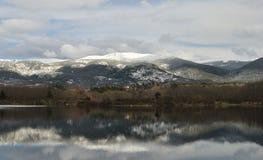 La piscina de reflejo para la montaña imagenes de archivo