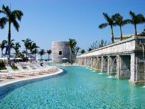 La piscina del centro turístico de Bahamas Imágenes de archivo libres de regalías